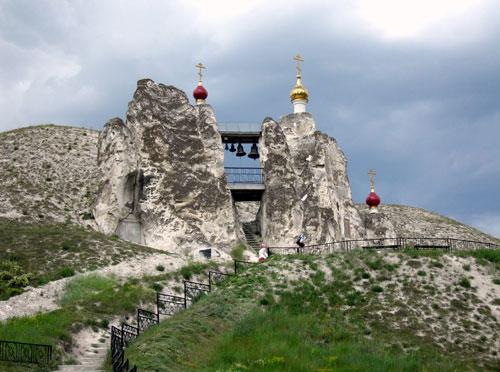 Большой двупрестольный пещерный собор. Перед входом возвышаются меловые, «Богом созданные» столбы – «дивы».