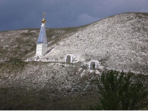 Спасский женский монастырь. Пещерные монашеские кельи в меловых горах.