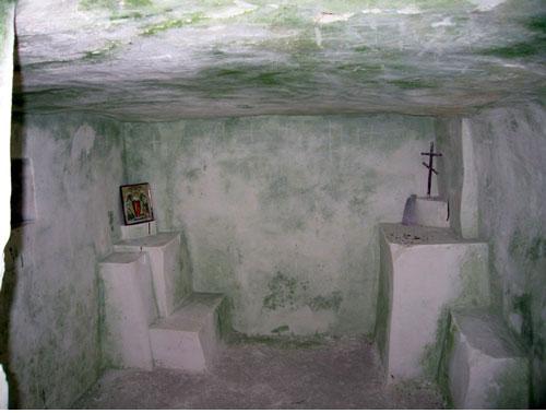 Монашеская келья. Помещение и «интерьер» вытесаны прямо в меловой скале.